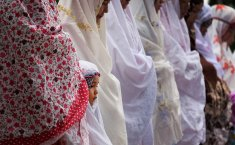 Can women cover her hands in prayer?