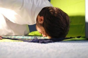 someone offers sujud during prayer.