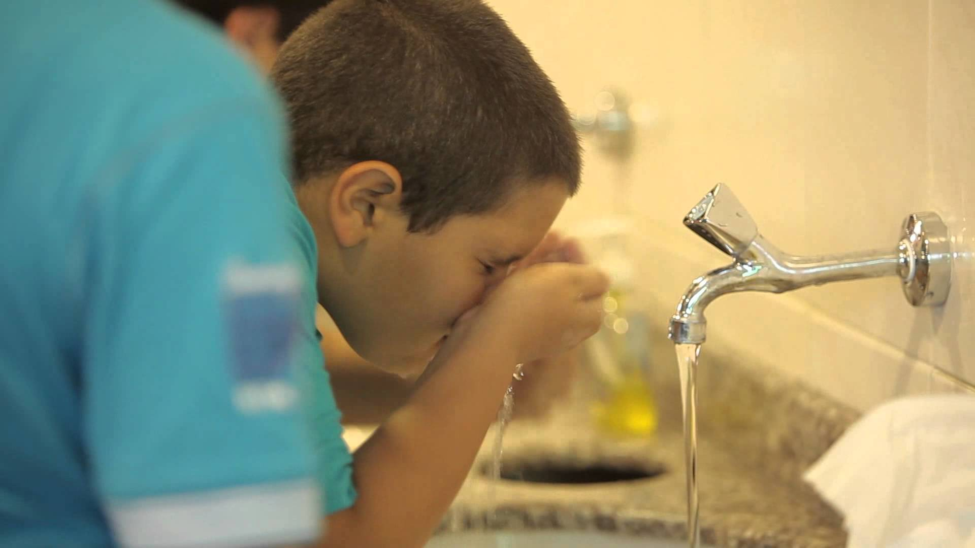 a child rinse his nose while performing ablution.