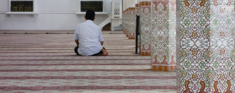 What Should You Do If Your Awrah Is Exposed in Prayer?